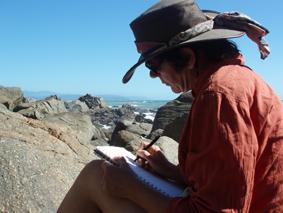 Margo van Vegchel met schetsboek in Nieuw Zeeland, atelier van Vegchel